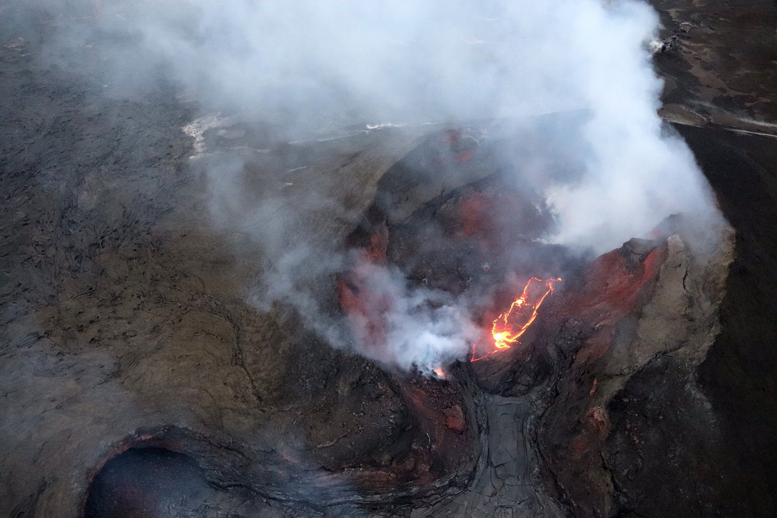 Kilauea - East rift zone - small lava lake below in cone on fissure 8 - photo HVO-USGS