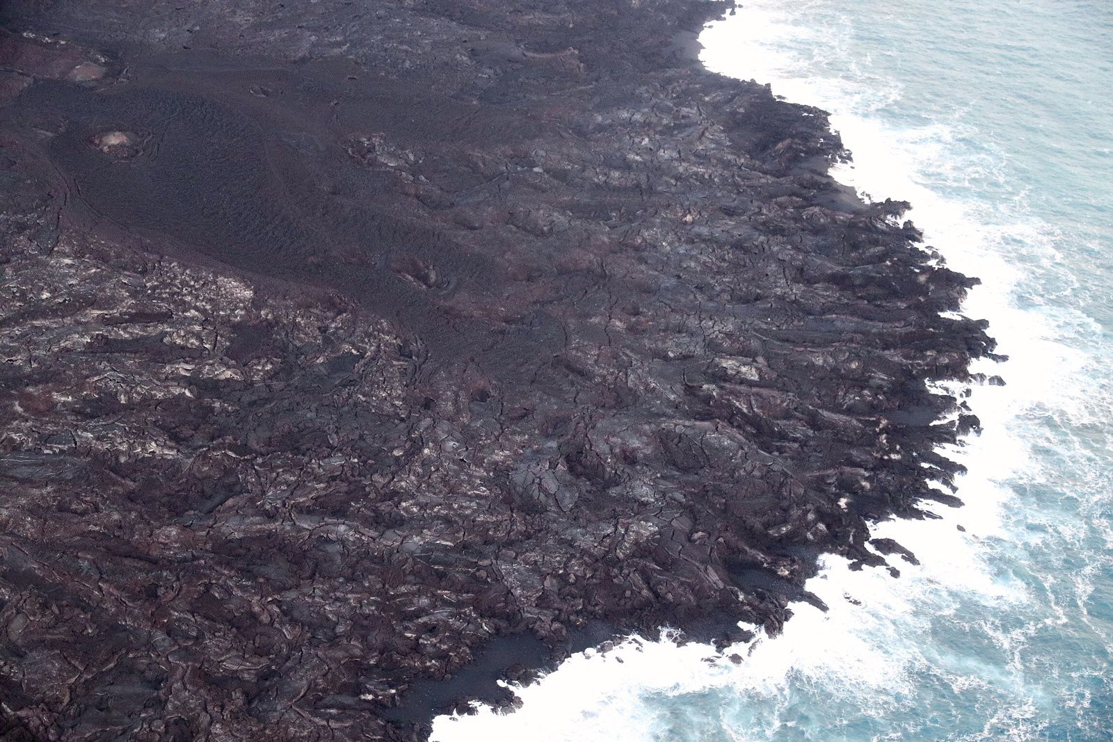 Kilauea - East rift zone - fractures parallel to the coastline in the lava delta at Kapoho - Photo HVO-USGS
