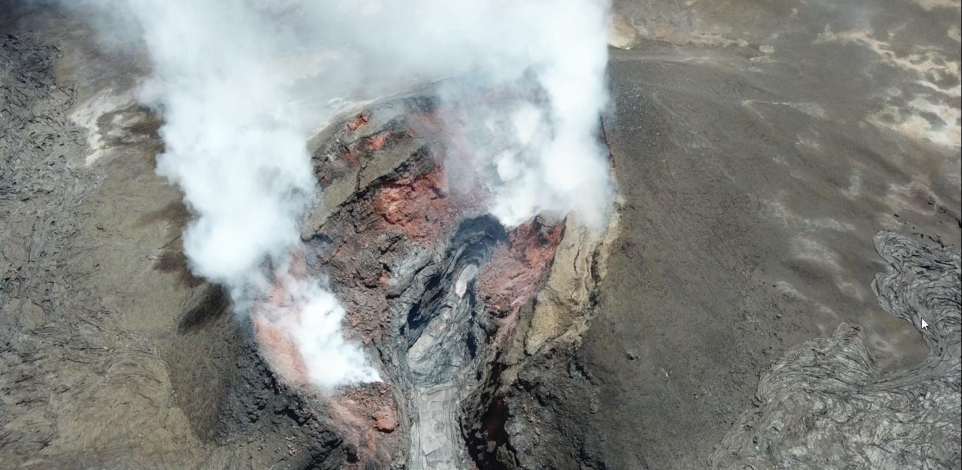 Kilauea zone de rift Est - cône sur la fissure 8 avec la lave à 40 m sous le point le plus haut du cône - photo USGS