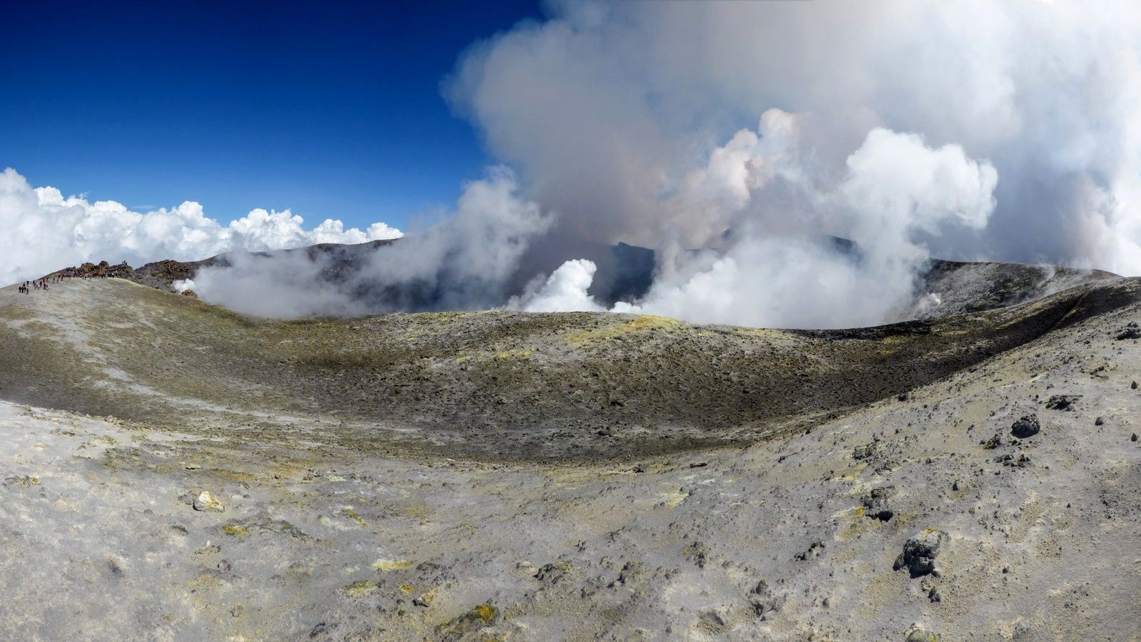 Etna - panoramic view of the summit crater of Bocca Nuova and view in the crater - photos 17 and 18.08.2018 / Gio Giusa