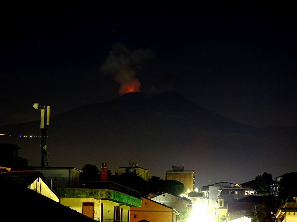 Etna - night glow of the Bocca nuova on 21.08.2018 - photo Boris Behncke