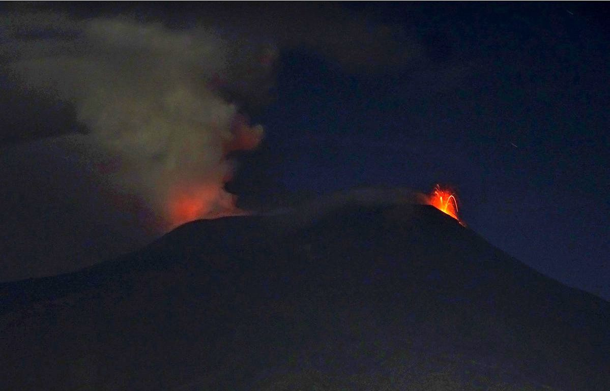 Etna - 22.08.2048 - Bocca Nuova glow (left) and Strombolian activity at the new south-east crater (right) - photo Boris Behncke