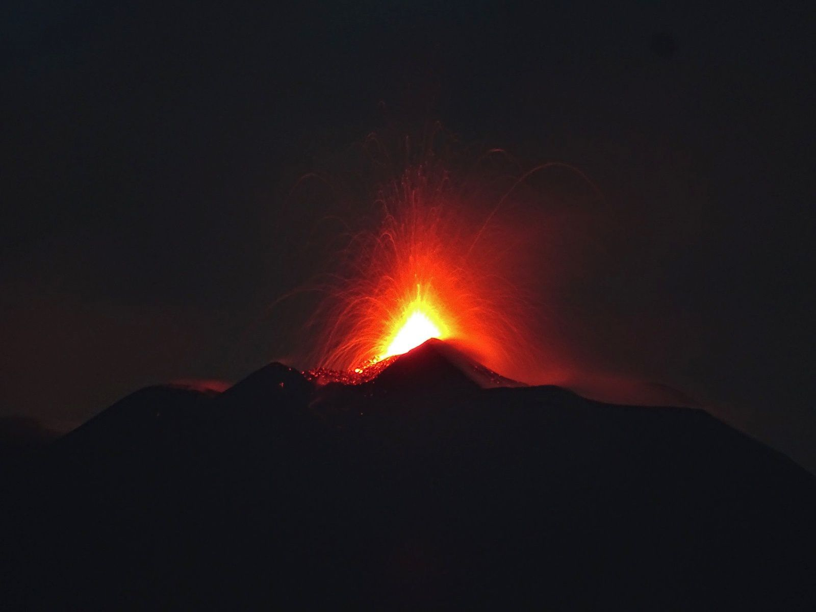 Etna - 24.08.2018 at dawn - Strombolian activity of the NSEC - photo Boris Behncke