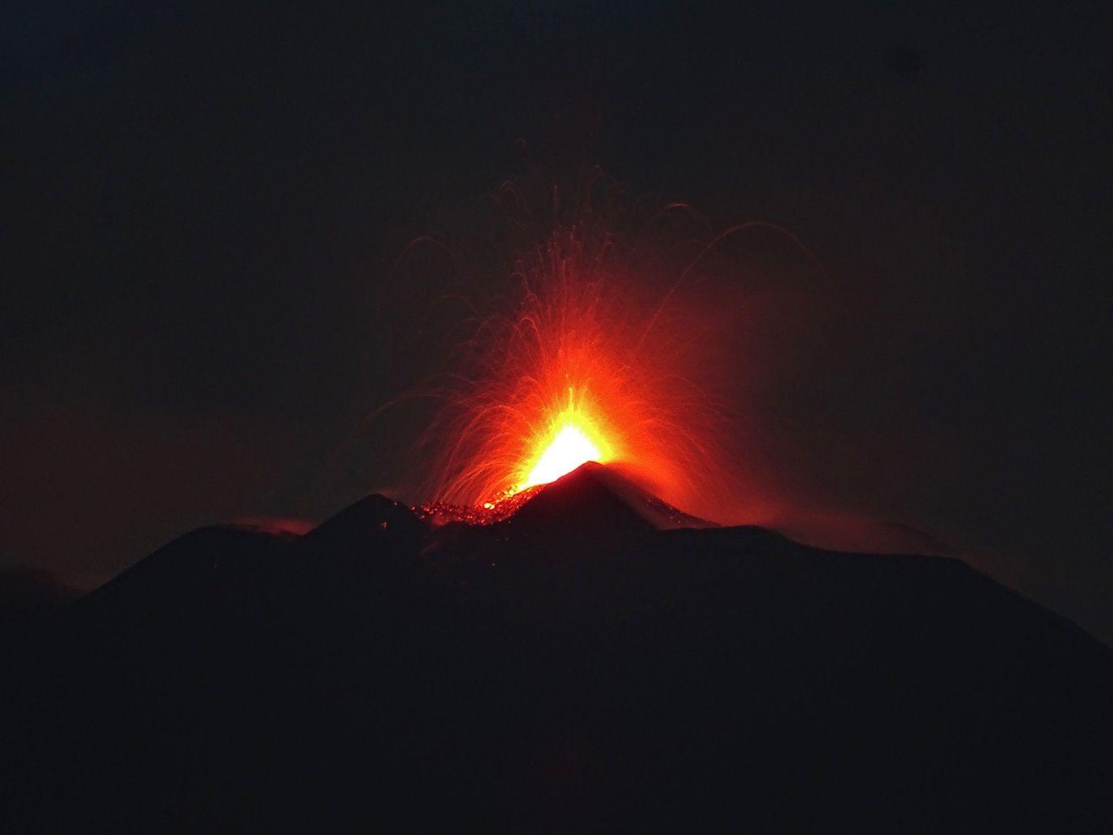 Etna - 24.08.2018 à l'aube - activité strombolienne du NSEC - photo Boris Behncke