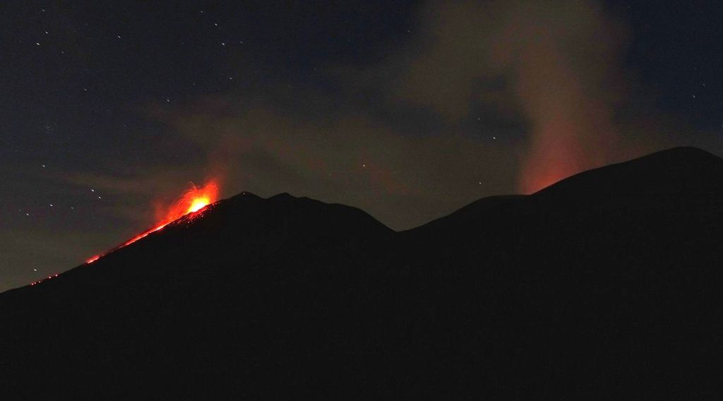 """Etna - visit in the evening of 28.08.2018 - Strombolian and effusive activity at the NSEC """"puttusiddu"""" (left) and incandescence at the Bocca Nuova (right) - photo Boris Behncke"""