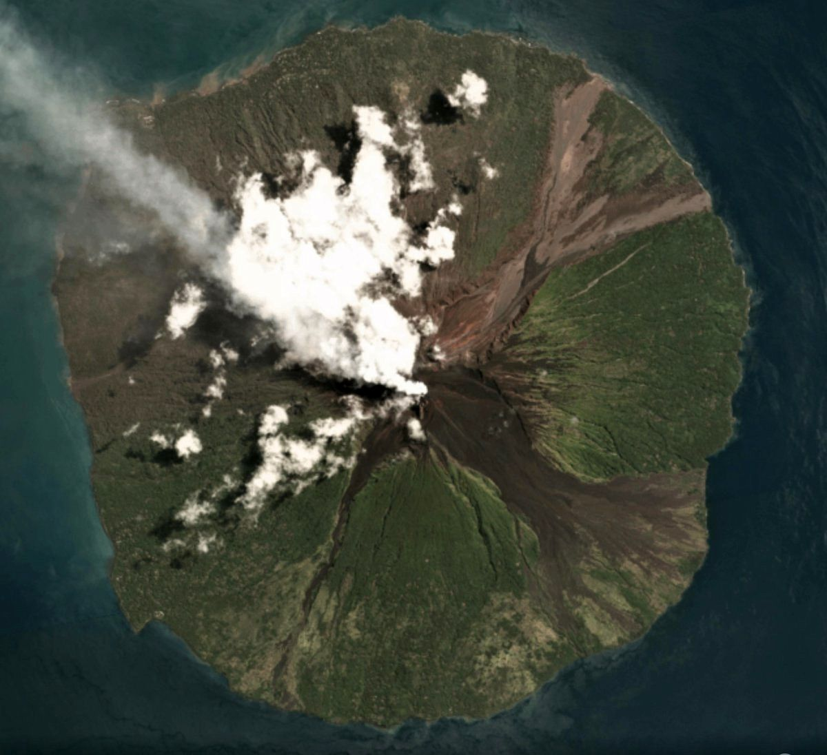 Manam - post-eruption image of 27.08.2018 shows the area affected by the PDCs of 25.08 (grayer) - Image Copyright 2018 Planet Labs Inc.