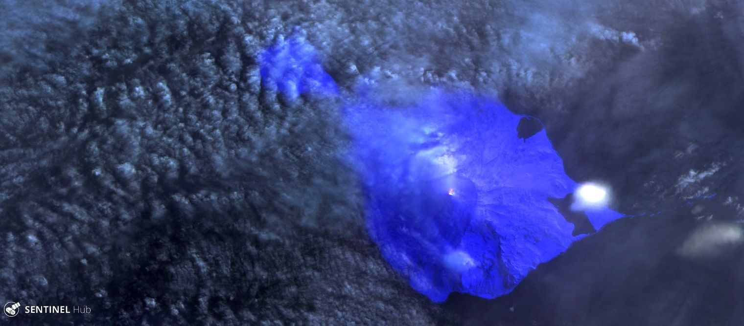 Heard island - Mawson Peak - the active crater (yellow point with degassing) and lava flow (red traces) - a click to enlarge - image Sentinel-2 image bands 12-11-8A / 02.08.2018