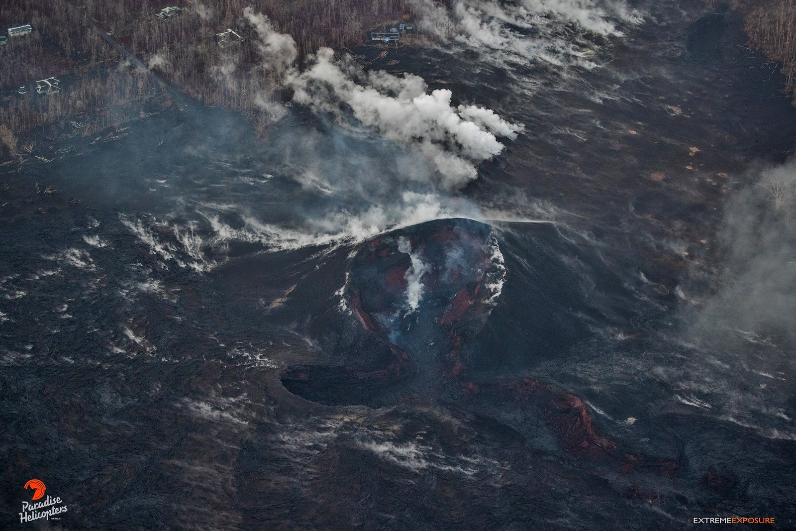 The cone on fissure8 has no glow since 25.08, but still emits vapors - photos Bruce Omoro 29.08.2018