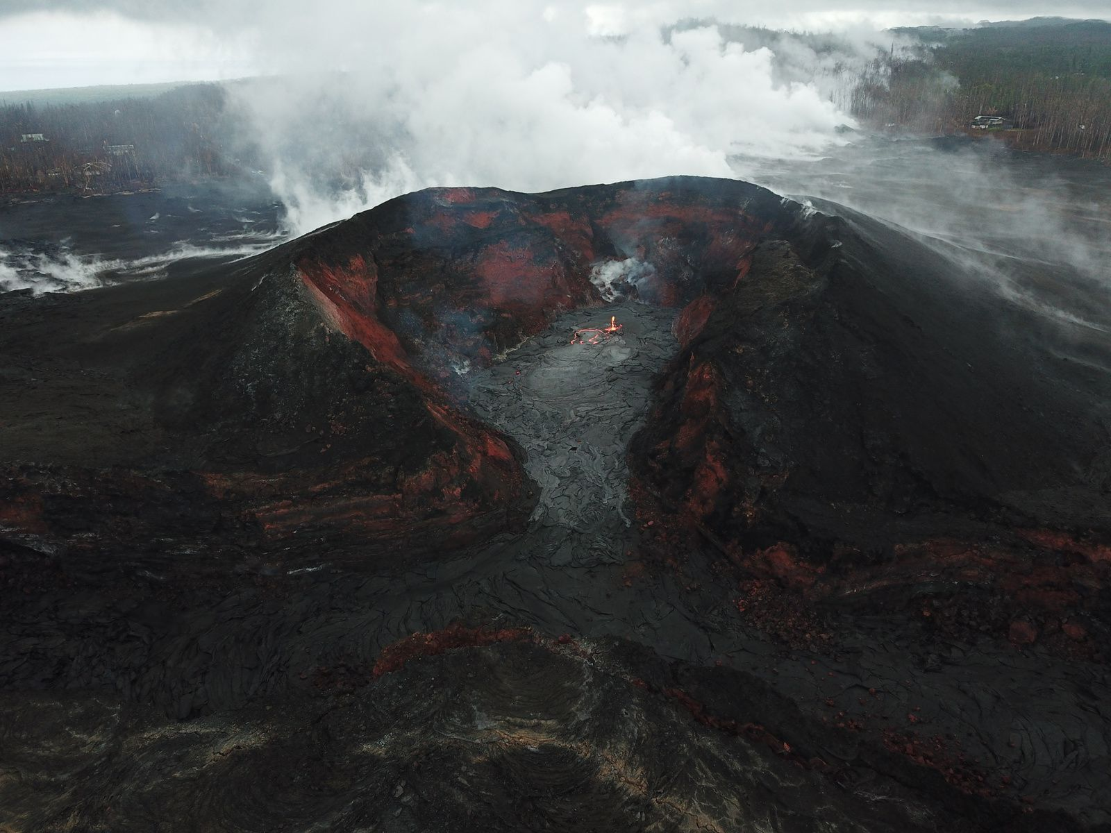Kilauea East rift zone - 03.09.2018 - Lava pond in the cone on fissure8, animated by spattering, and slow-moving lava  towardsthe spillway - photo HVO-USGS