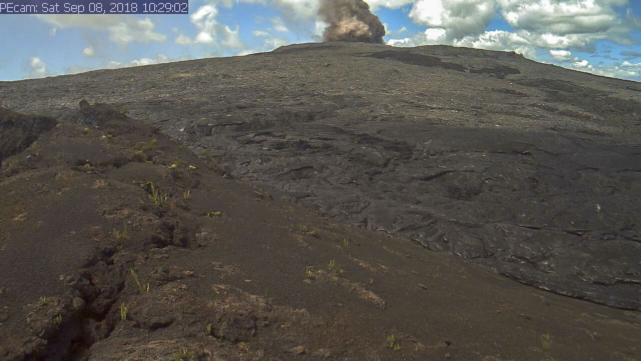 Kilauea - plume of brown ash from a collapse in the crater of Pu'u O'o 08.09.2018 / 10h29 - webcam HVO-USGS