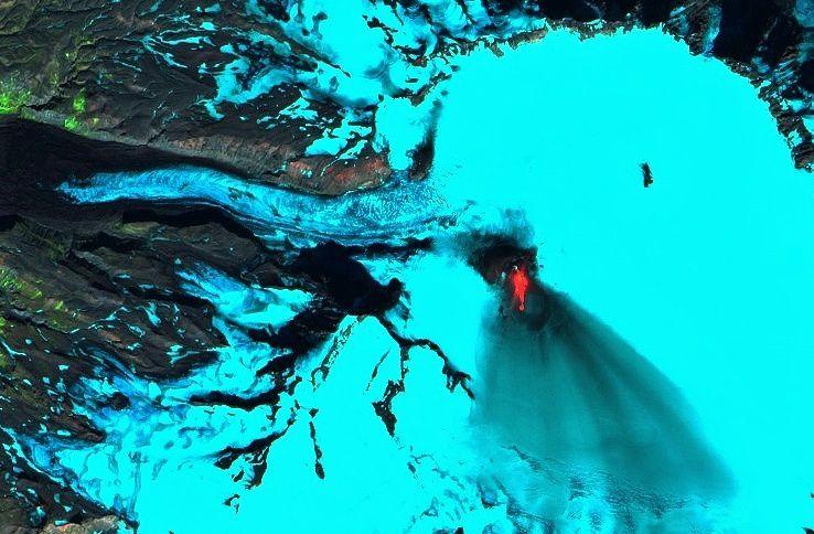 Veniaminof - Site de l'éruption, coulées de lave et dépôt de cendres dans la caldeira - image Sentinel 2 SWIR 11.09.2018 - un clic pour agarndir