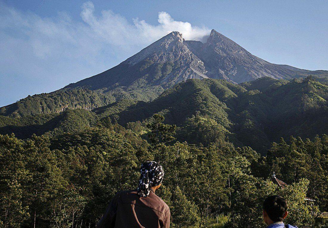 Merapi - le dôme visible dans l'échancrure depuis le pied du volcan ... inquiétude - photo BNPB