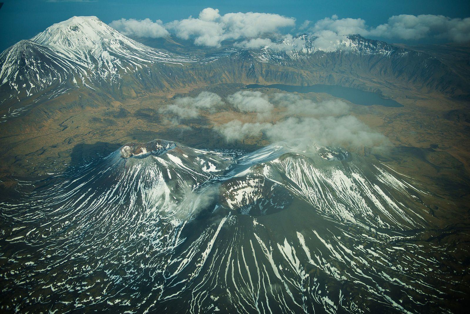 Semisopochnoi - les trois cônes intracaldeira , le lac Fenner en arrière-plan, et à gauche, le peak Anvil  - photo R.Clifford 2012 / AVO