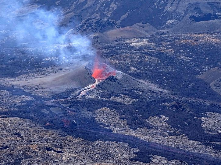 Piton de La Fournaise - View of the cone being built around the active event (18/09/2018 at 12:30 local time) - OVPF