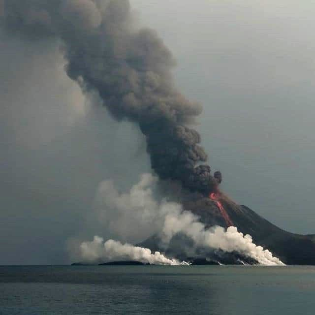 Anak Krakatau - 16.09.2018 - Plumes and lava flow arriving at sea - photo Strangesounds