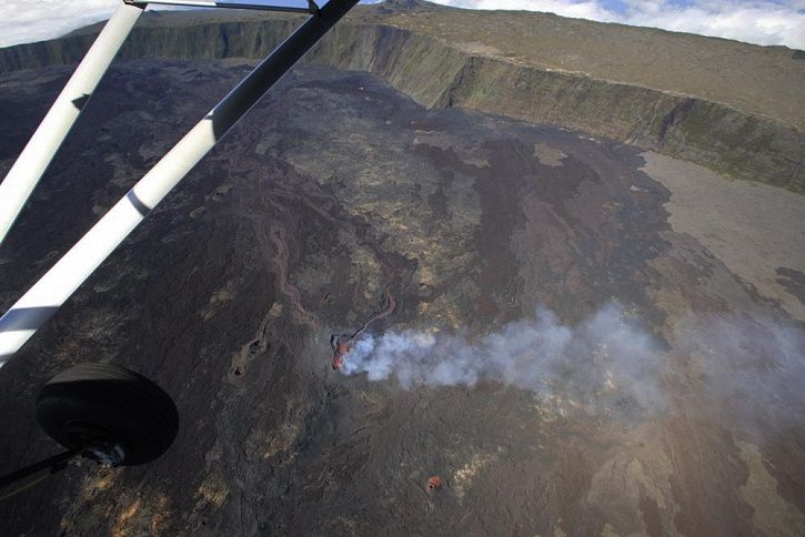 Piton de la Fournaise - General view of the eruptive mouth and lava field taken on September 20th in the middle of the morning. - Photo OVPF