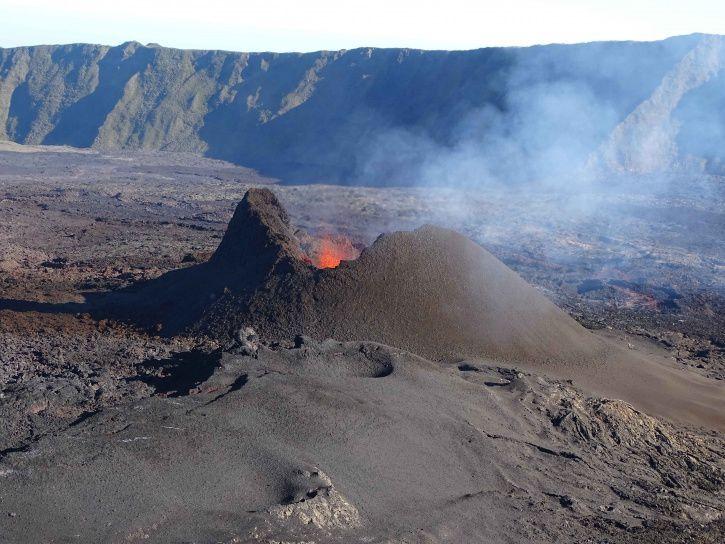Piton de La Fournaise  - site éruptif le 21 septembre à 16h15. A noter l'éponte est (à gauche de la photo) particulièrement verticale. (© OVPF-IPGP)