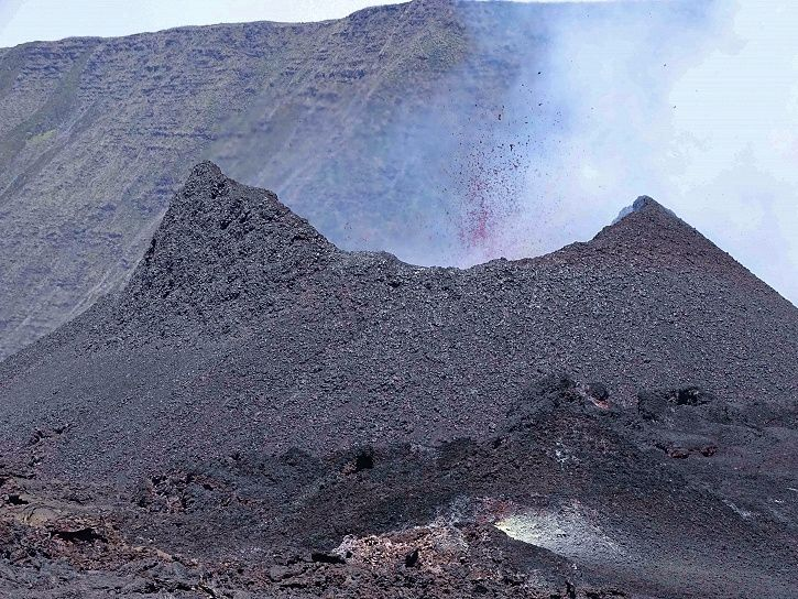 Piton de La Fournaise - the eruptive cone on September 23rd at 11am (local time). (© OVPF / IPGP)