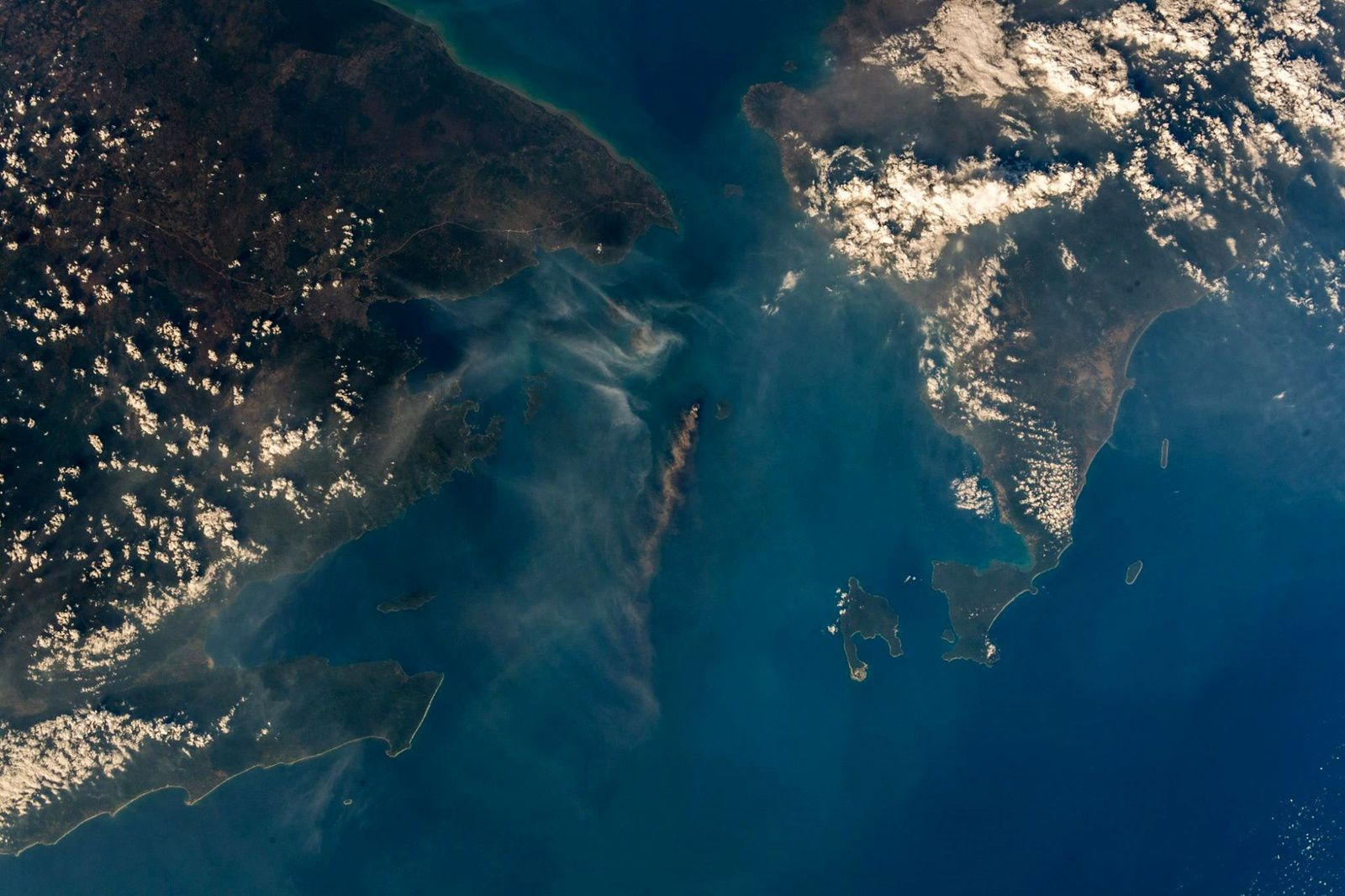 Anak Krakatau - activity of 24.09.2018 - photo ESA astronaut Alexander Gerst official Facebook page. Expedition 56/57 (Sumatre, to the left - Java, to the right)