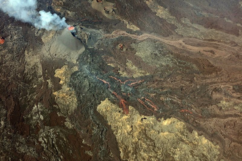 Piton de La Fournaise - the eruptive site on September 25: the lava lake is isolated, and resurgences allow the flow of lava to the south and east - Photo MonAmi / via Imazpress Réunion