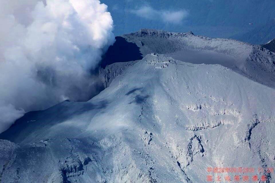Ontake - les cratères (à gauche) et les installations (au centre) recouvertes de blocs et de cendres après l'éruption - Photo GSJ 28.09.2014