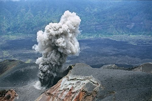 Batur - a plume of ashes during the eruption of 1999-2000 - photo © Pascal Blondé on 01.11.1999