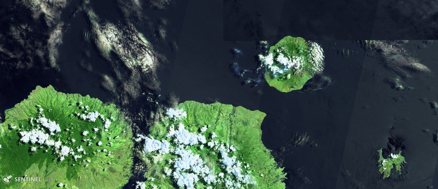 Sangeang Api - image Sentinel-2 image bands 12,11,4 from 27.09.2018 - we can see a light blue plume