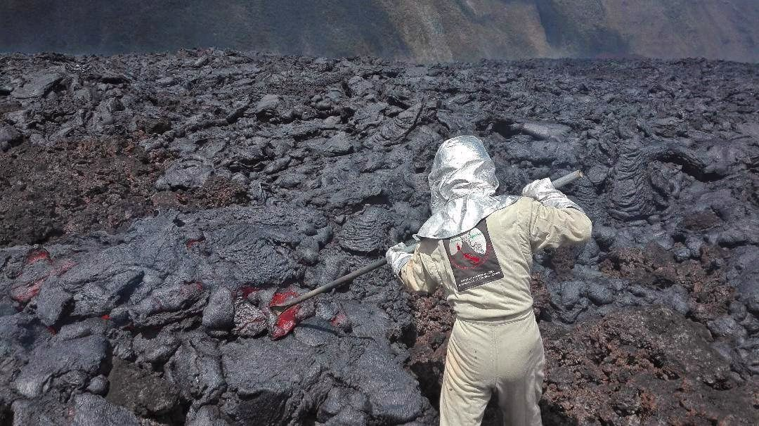 Piton of La Fournaise - Lava sampling on October 14, 2018 at 10:15 am local time by an OVPF team. (© OVPF / IPGP)
