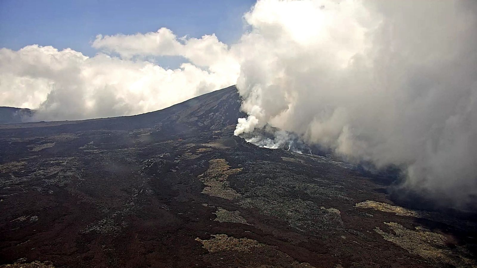 Piton of La Fournaise - 14.10.2018 / 12h32 - webcam IRT / OVPF