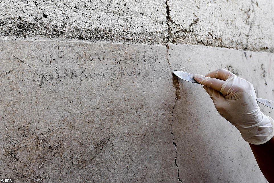 Pompei, inscription sur une paroi datant l'éruption du vésuve d'octobre 79 - Doc.EPA