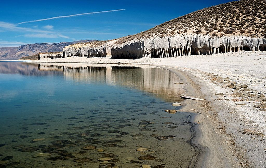 Crowley Lake and its mysterious columns - photo Feel the planet