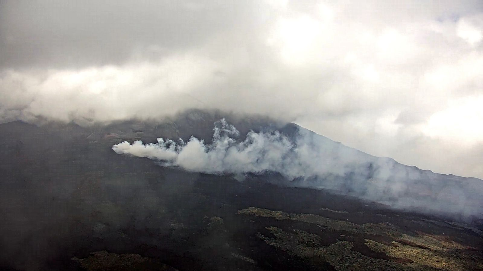 Piton de La Fournaise - 22.10.2018 / 14h02 - strong outgassing due to weather conditions - IRT / OVPF webcam