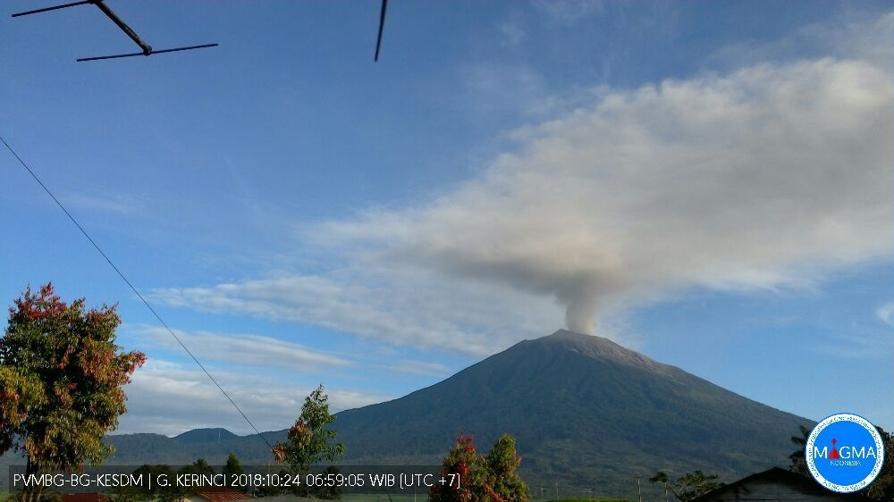 Kerinci / Sumatra - 24.10.2018 / 06h59 - thick gray plume at 400-500 m above the summit - Doc.Magma Indonesia