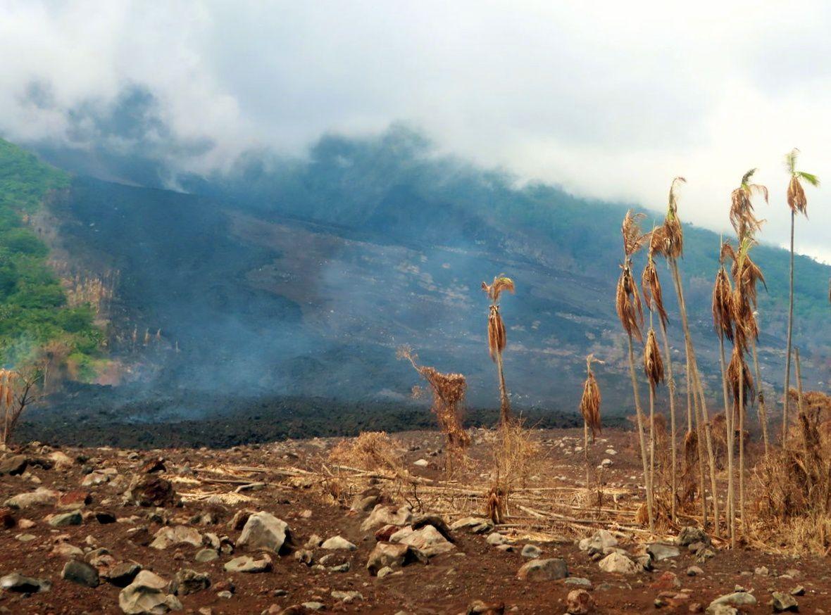 Manam - 28.10.2018 - Dépôts de coulées pyroclastiques et de lave sur la côte nord-est - photo DCO / PNG