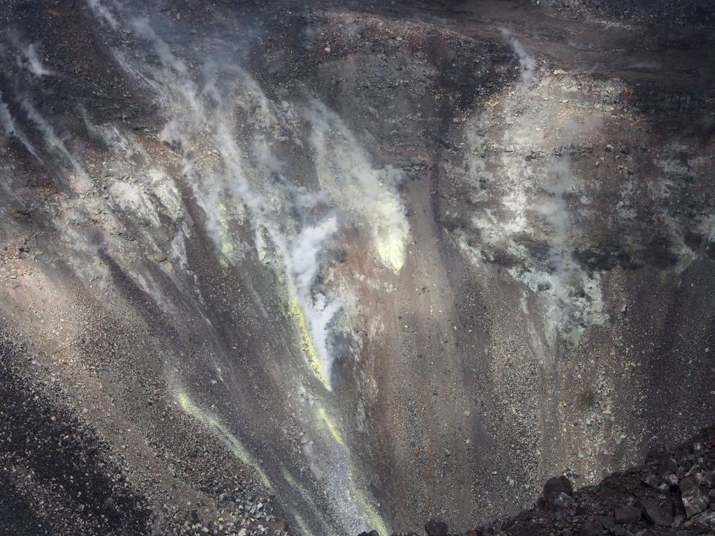 Kilauea - cratère sommital - sur la vue générale, emissions de gaz, et à droite, un bout de crater Rim Drive  -- dépôts de soufre au centre de la photo de détail - photos HVO-USGS