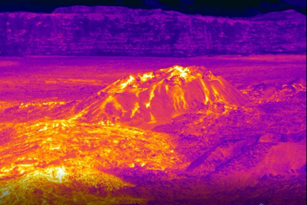 Piton de la Fournaise - the eruptive cone and the start of the casting with the thermal camera on 02.11.2018 / 9.30 am - (© OVPF / IPGP).