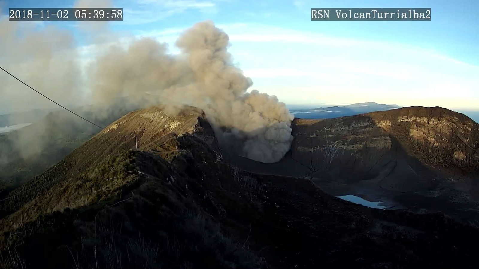 Turrialba - ash plumes of 02.11.2018, at 5h39 and local 6h04 - RSN webcam