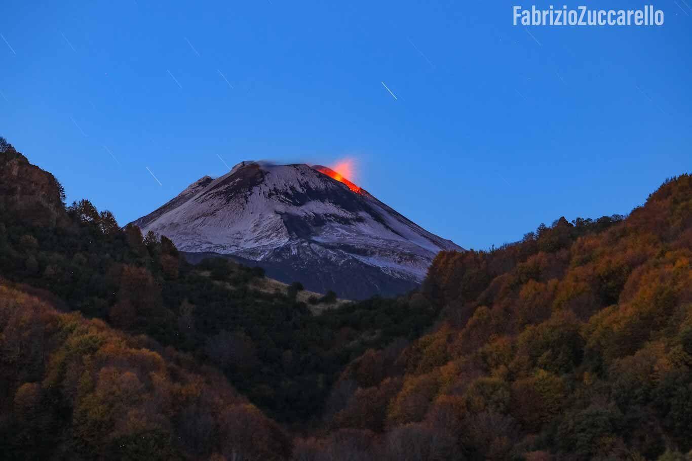 Etna - en soirée du 4 novembre, activité Strombolienne au NSEC - photo Fabricio Zuccarello / EtNative  / Twitter