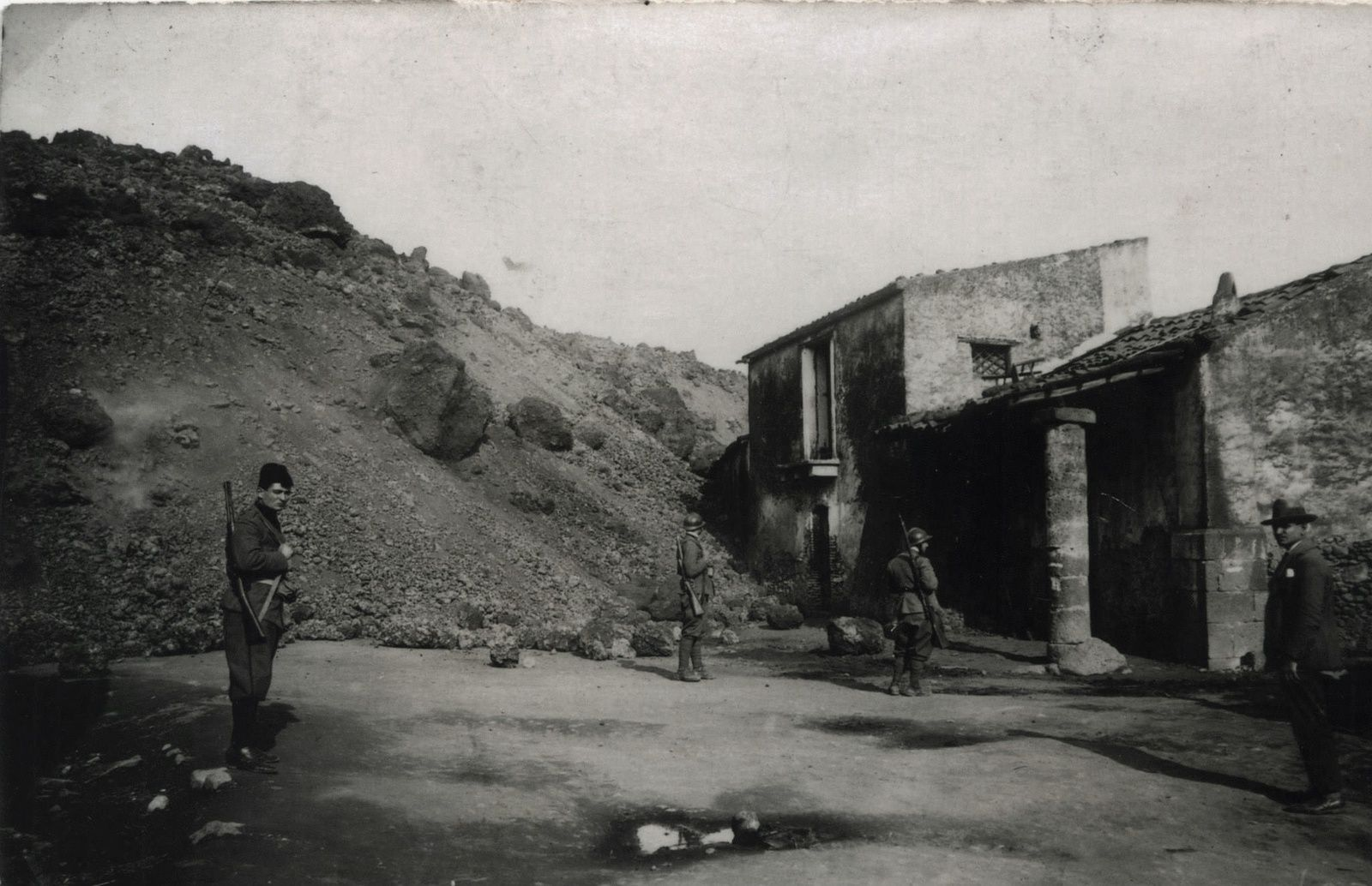 Mascali - 1928 - the military presence on site - ETNA archives - ERUZIONE DEL 1928 CHE RASE AL SUOLO MASCALI