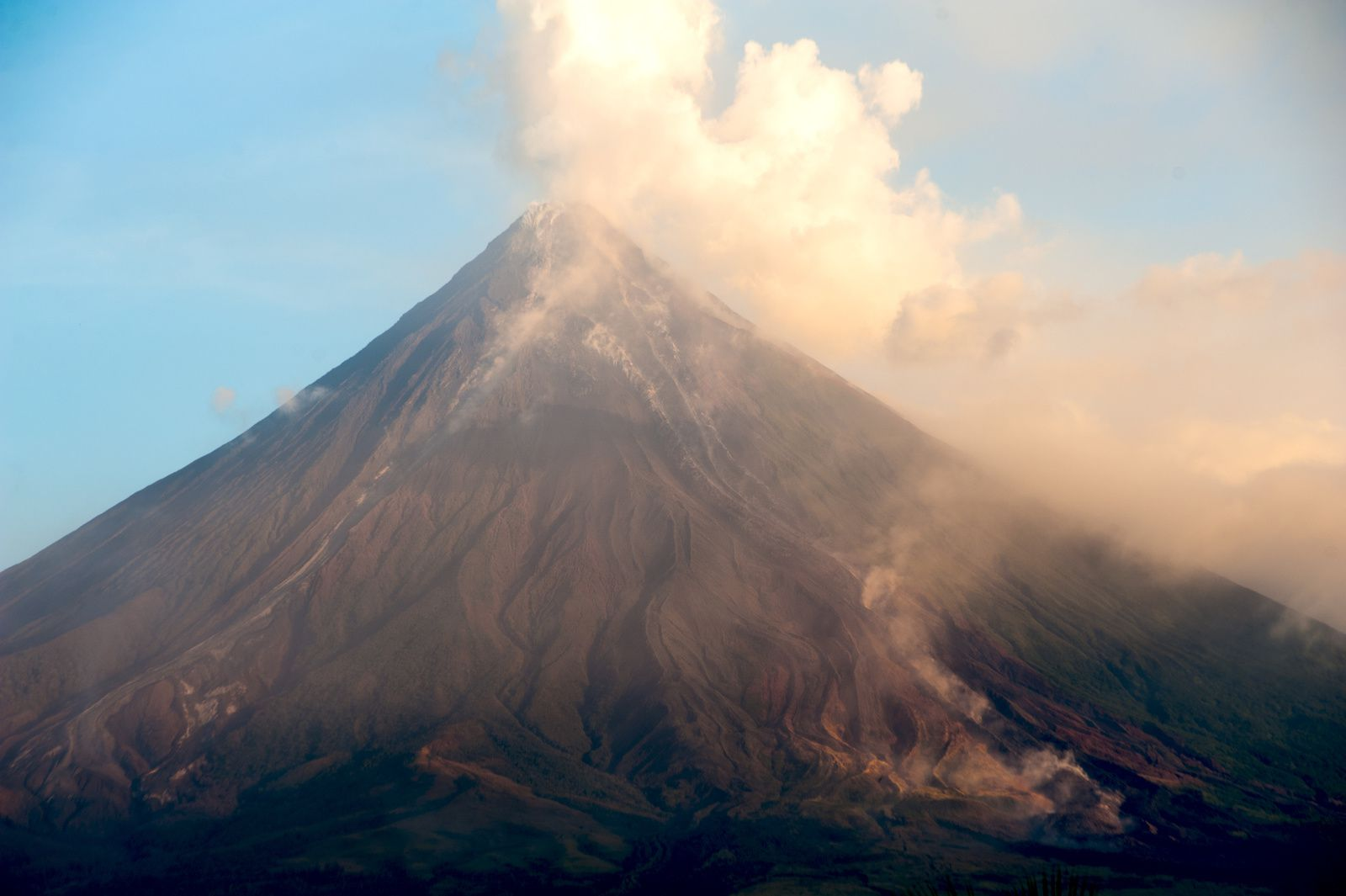 Mayon - early February 2018 activity - photo archives Thierry Sluys