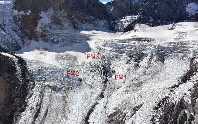 Mt Meager - Holes and fumaroles on the Job Glacier 20.08.2016 - photo Dr. Russell / courtesy NRCAN