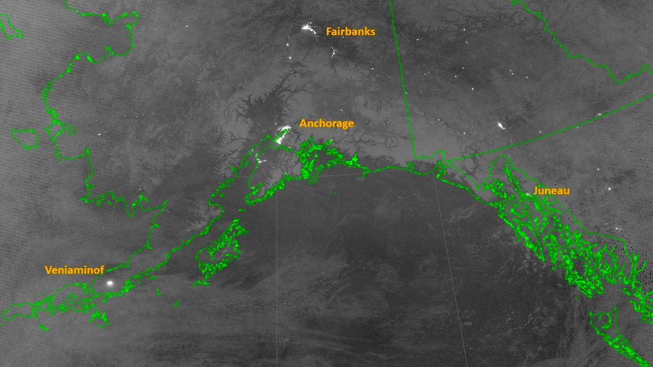 Veniaminof -image VIIRS bands day and night of 15.11.2018, revealing the lights of Anchorage, Fairbanks and Juneau, as well as the incandescence of the ongoing eruption at Veniaminof. - Doc. VIIRS Nasa