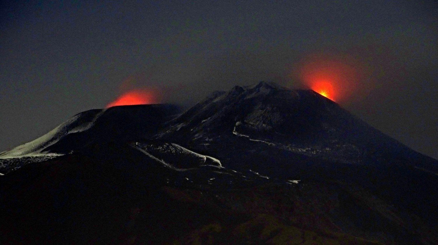 "Etna - 22.11.2018 / 21h13 - Activity of the Bocca Nuova on the left, and the ""puttusiddu"" of the NSEC on the right - the NE crater is not visible in the photo - photo Boris Behncke"