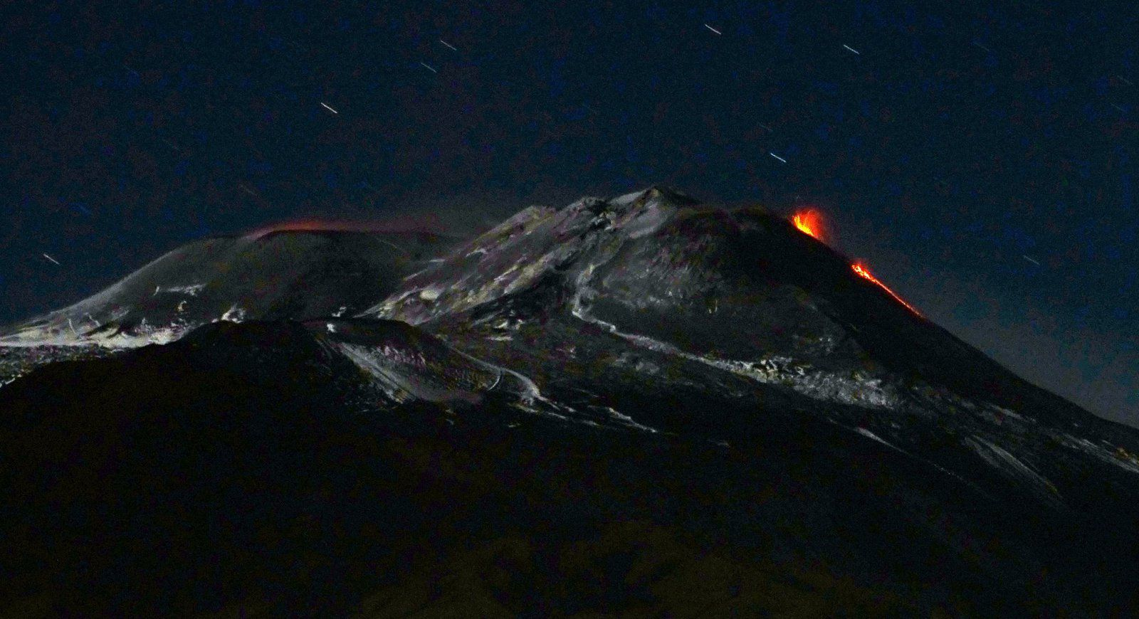 Etna - 26.11.2018 after midnight - On the left, the flow of the puttusiddu / NSEC and on the right, the incandescence at the level of the Bocca Nuova - picture Boris Behncke