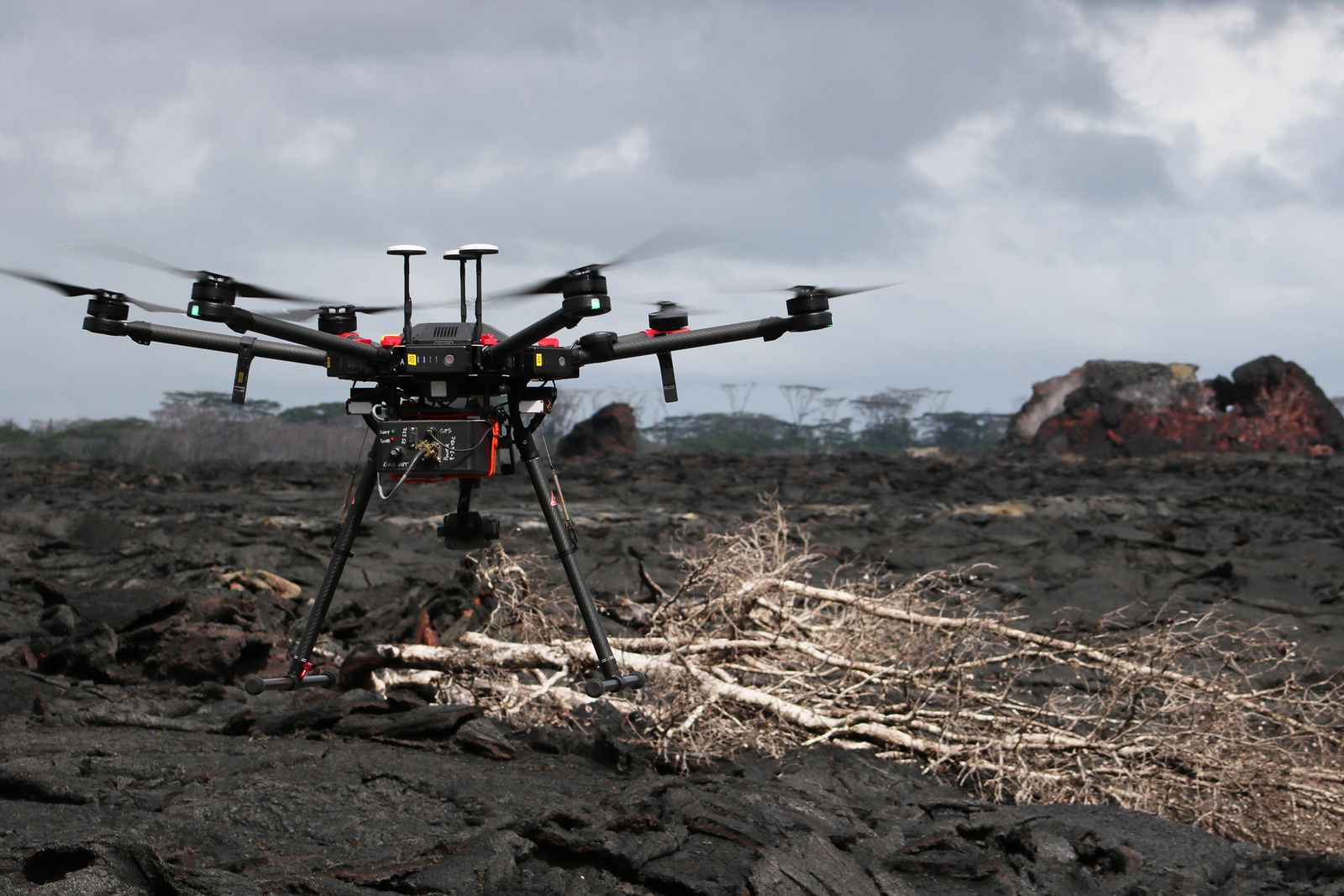 Kilauea East rift zone - measurement of gas emissions by a drone near the cone on fissure 21 - Doc. USGS