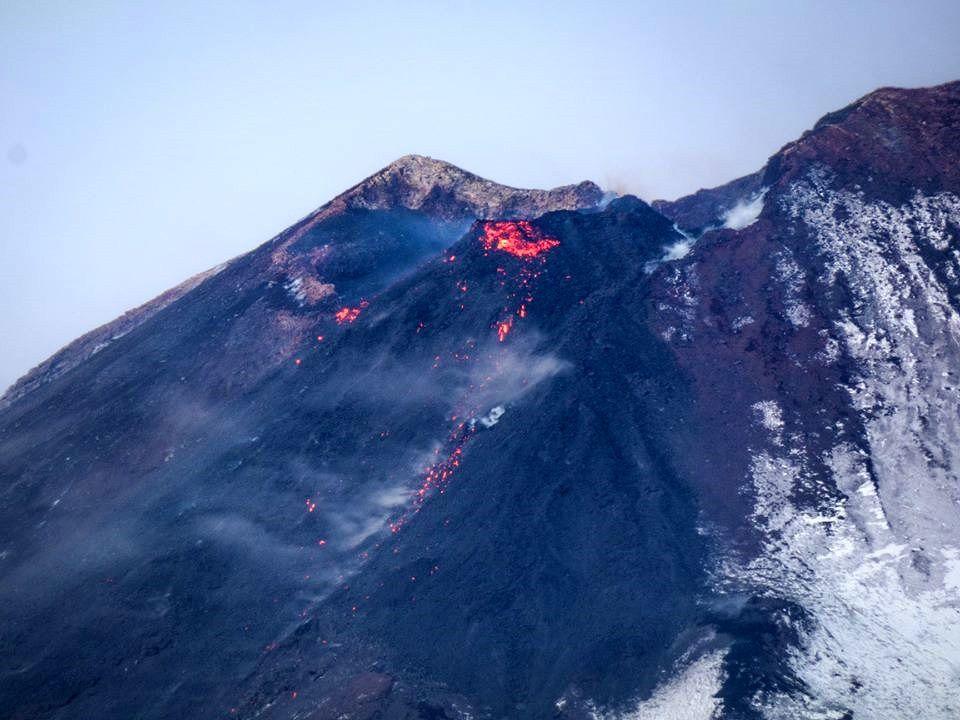 Etna - le cône intracratérique sur le flanc du NSEC et la coulée de lave le 05.12.2018 - photo Gio Giusa