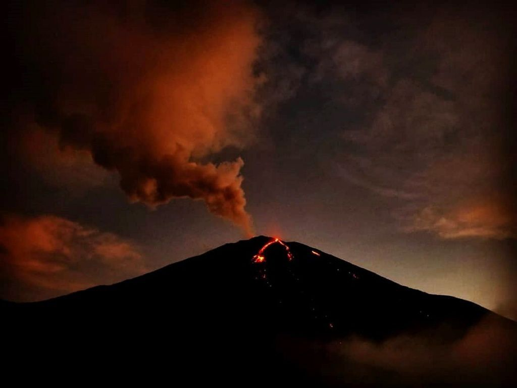 Pacaya - Strombolian activity :ash plume and lava flow - photo Claudia Ruppitsch / Instagram 04.12.2018
