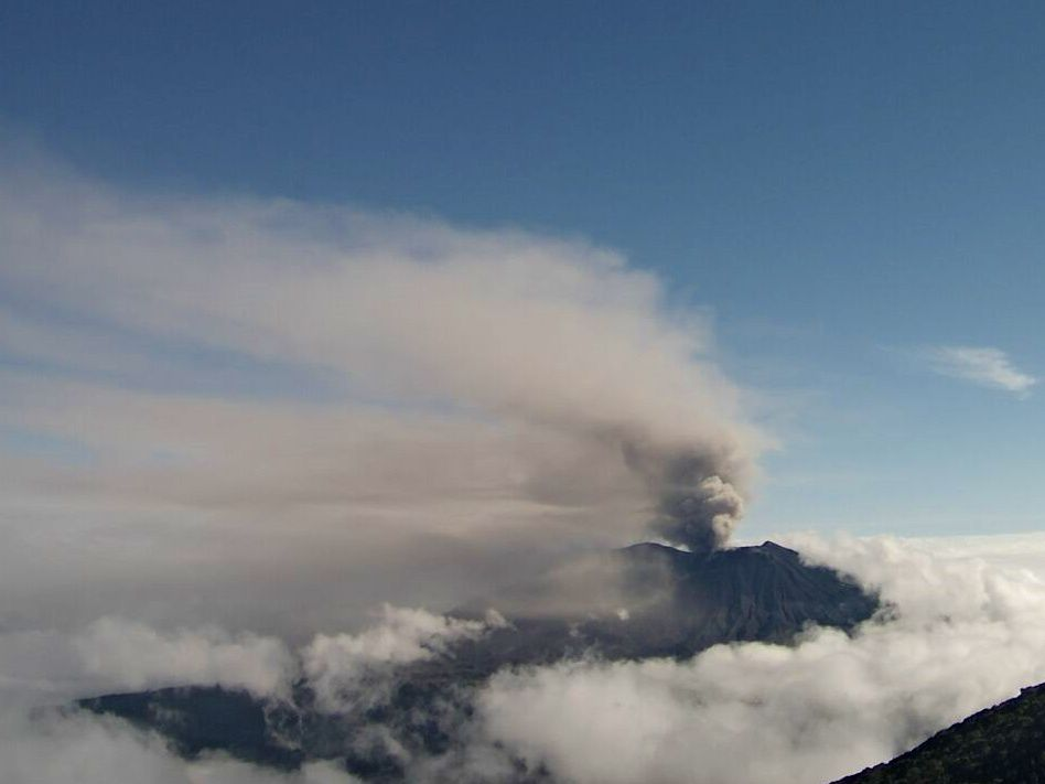 Turrialba - plume and cloud of ash on 9.12.2018 at 8:21, seen from the neighboring volcano Irazu - photo Ovsicori