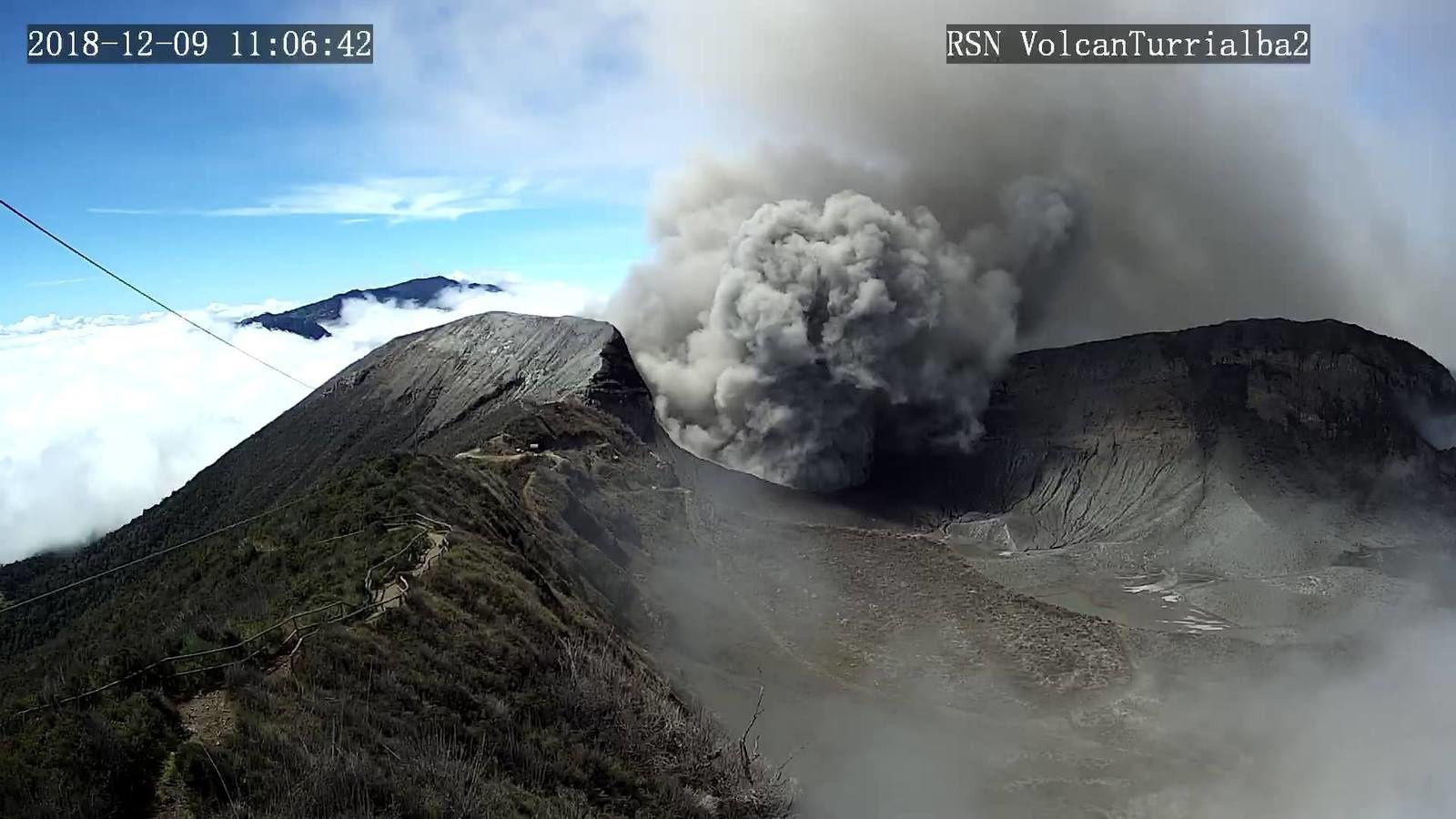 Turrialba - émission de cendres le 09.12.2018 / 11h06 - webcam RSN