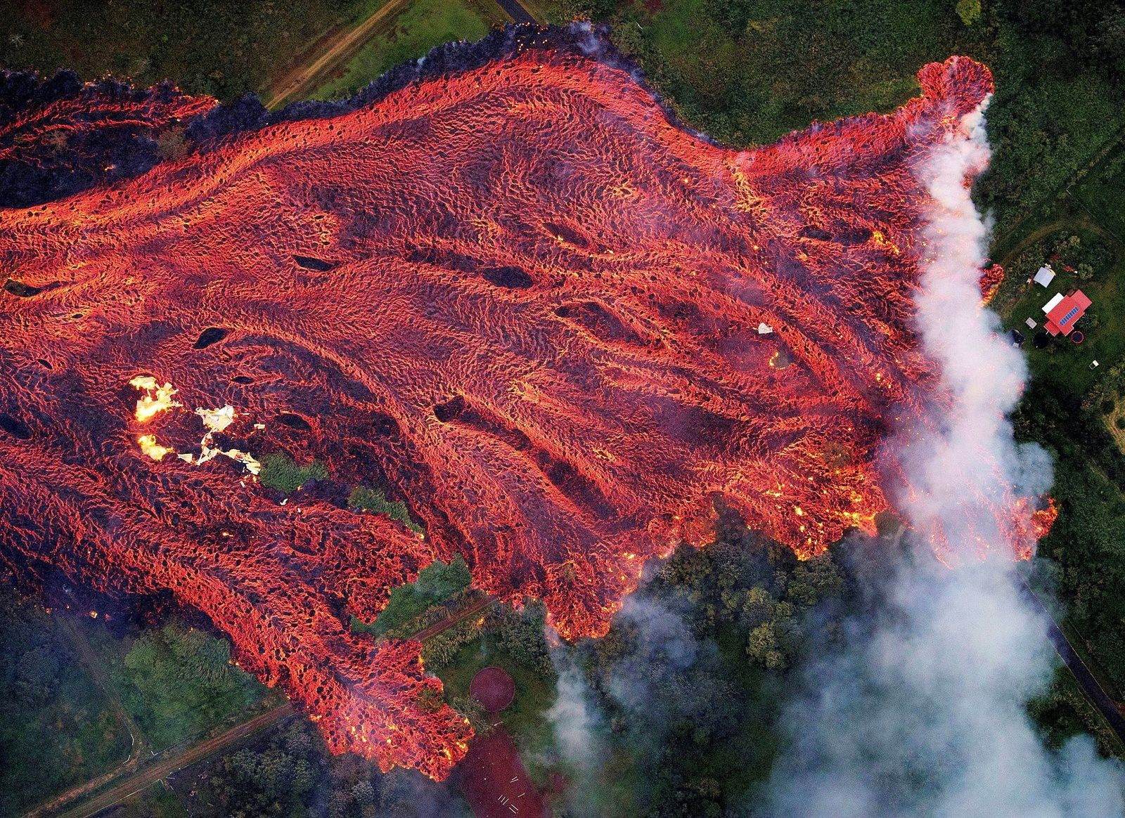 Kilauea zone de rift Est - coulées de lave du 19 mai 2018 - photo Bruce Omori - Paradise Helicopters/EPA-EFE/Shutterstock - in Time Top 100 photos of the year 2018